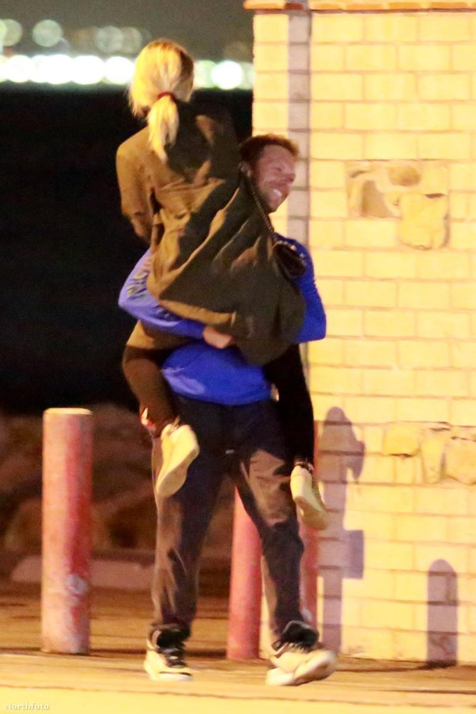 Néhány héttel ezelőtt egy közös párizsi kiránduláson táncikáltak az utcán.