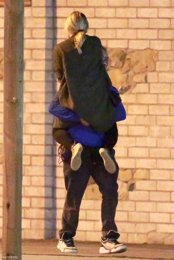 Chris Martin, a Coldplay énekese romantikus sétára vitte a színész barátnőjét, Annabelle Wallist Malibuban.