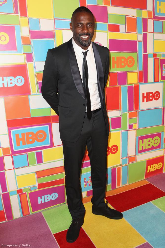 Idris Elba legalább két elemlámpát is magával vitt az eseményre