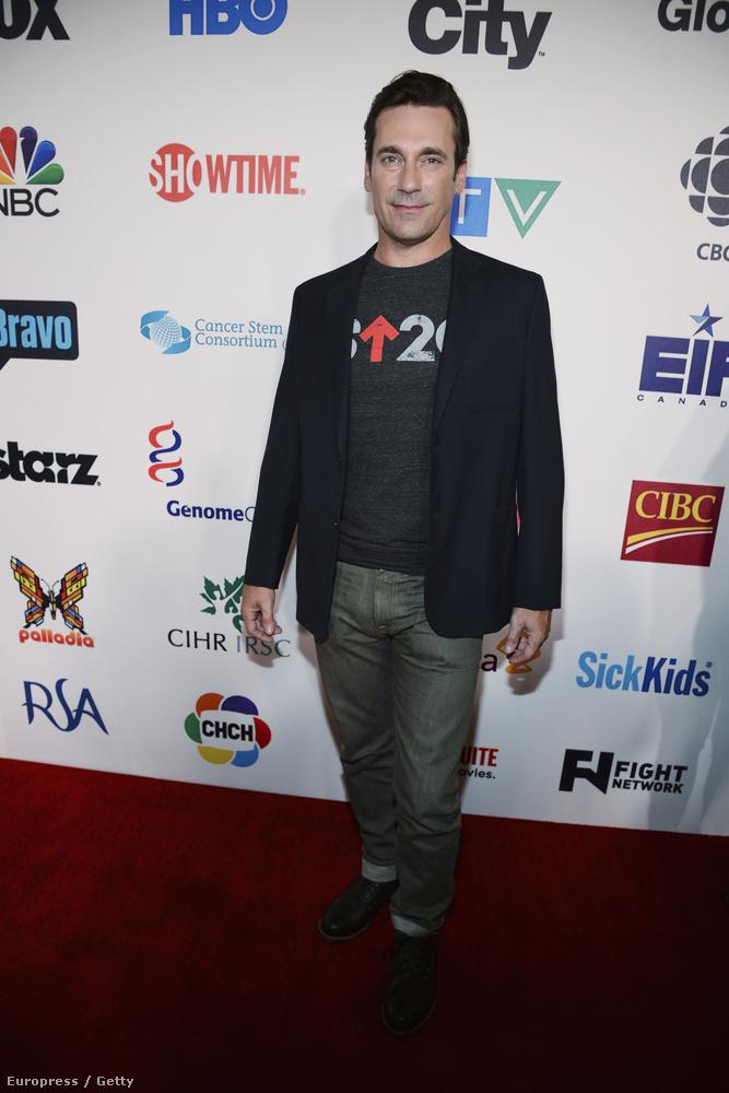 Jon Hamm a bulvárlapok szerint nem szereti, ha a lába közéről beszélnek, holott a képet nézve ez adja magát