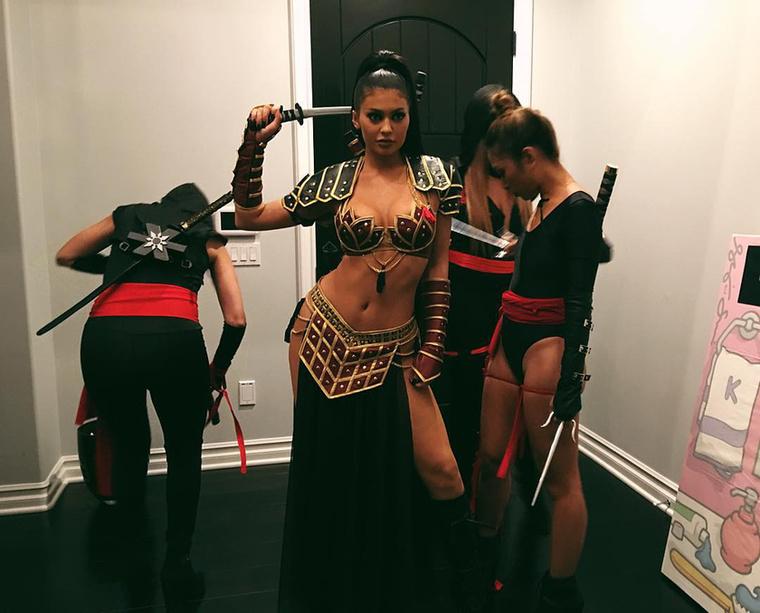 Kylie Jenner ribancos harcosruhát öltött magára, és nindzsákkal vette körül magát
