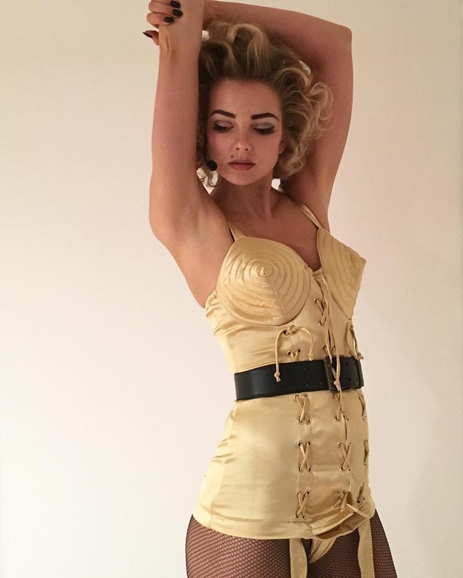 Mihalik Enikő pedig Ribancos Madonnának öltözött