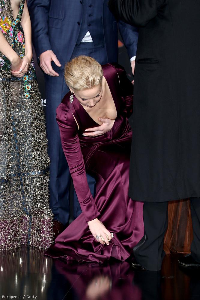 Minden szempontból, még hozzáillő módon bénázott is egy kicsit a ruhájával.