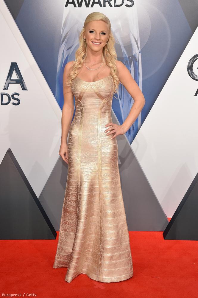 Kayla Adams énekesnő ennél szűkebb ruhát nem nagyon tudott volna magára húzni.