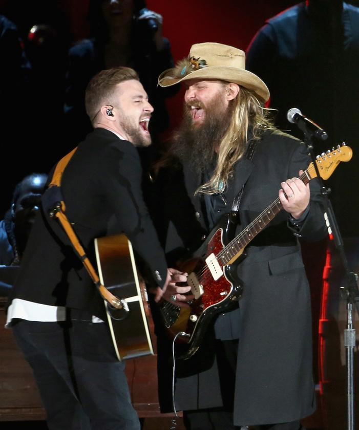De mentségére szóljon, hogy csatlakozott Chris Stapletonhoz a színpadon, aki a legjobb férfi énekesnek járó díjat is hazavitte.Ide kattintva meghallgathatja a duettet.