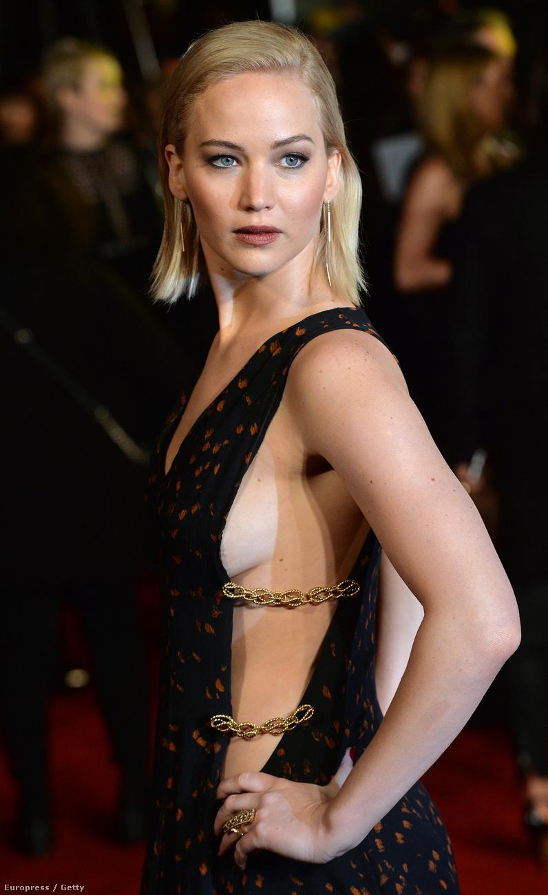 """Jennifer Lawrence csütörtökön """"Az éhezők viadala: A kiválasztott"""" című film második részének premierjén vett részt Londonban, és dögös megjelenésével eléggé sikerült ellopni a show-t."""