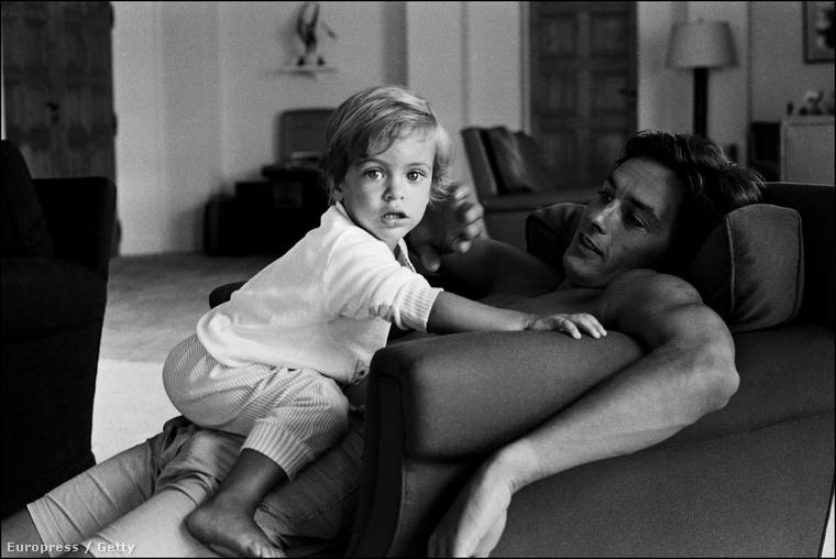 De az énekesnő Nicótól is született egy fia, akit Alain Delon soha nem ismert el sajátjaként
