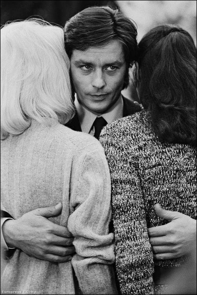Az hatvanas-hetvenes években három testőre is rejtélyes módon halt meg, a sosem tisztázott halálesetek miatt pedig Alain Delont is gyanúba keverték