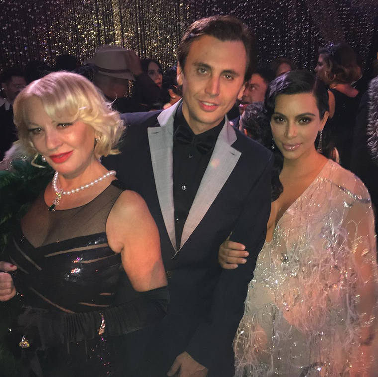 Kim Kardashian pocakja alig látszik, de ott van az
