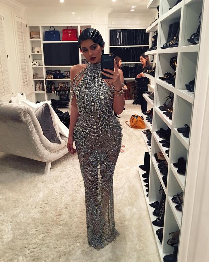 Kylie Jenner még több kristályt,  Kötelező volt tartani az 1920-as éveket