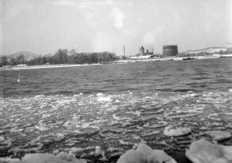 A háttérben az Óbudai Gázgyár épületei