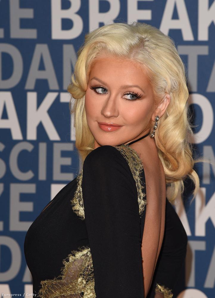 A díjat mindenféle innovatív embereknek adják oda különféle kategóriákban, de nekünk most az az igazán érdekes, hogy Aguilera milyen ruhában adott át díjat