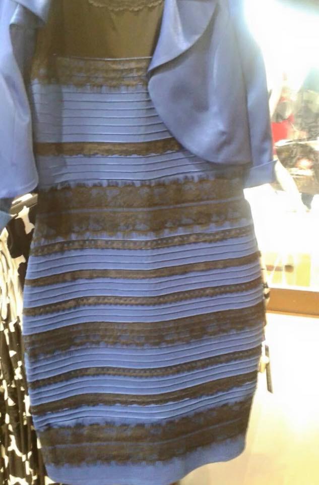Persze lehetett volna rosszabb is, ha az év egyik legrondább, és mellesleg legnagyobb érdeklődést kiváltó ruháját veszi fel: a milyenszínűt.