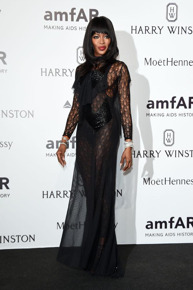 Naomi Campbell a milánói amfAR-esten festett úgy, mint akire ráhányták az egész ünnepi szezont, Mikulástól szilveszterig.