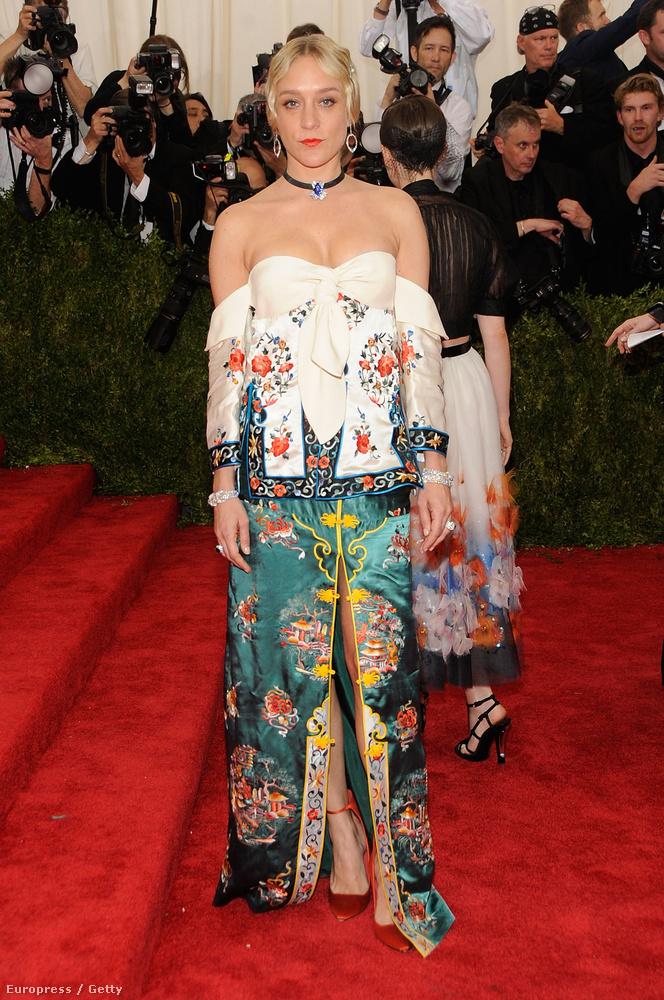 Chloe Sevigny színésznő így öltözött fel a kínai hangulatú MET-bálra.