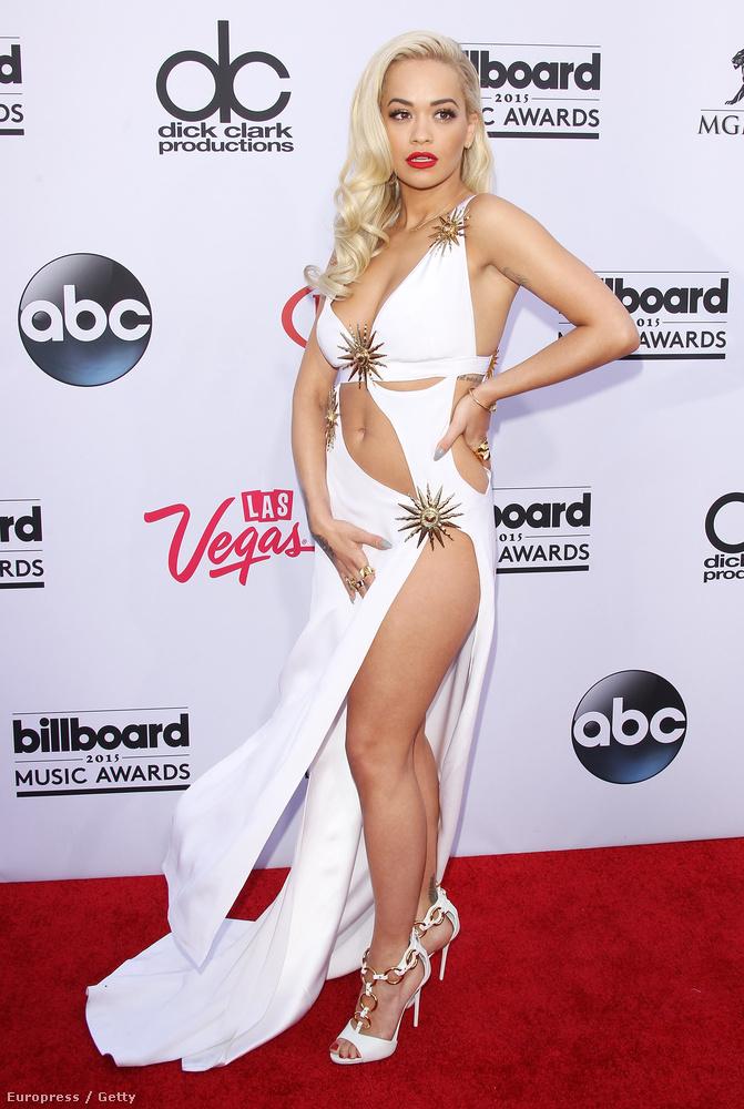 Sokan csak álmodoznak róla, Rita Orának sikerült: gyakorlatilag nem készült róla olyan kép idén, amelyen ne lenne minimum közönséges, itt éppen a Billboard Music Awardson látható, amely a nevéből fakadóan nem egy sztrippertalálkozó, hanem egy zenei díjátadó.