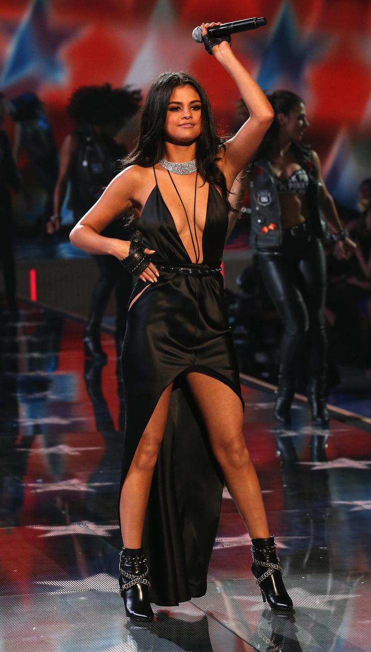 Selena Gomez Gigi Hadiddal is lepacsizott a színpadon, erről azonban nem tudunk képet mutatni.