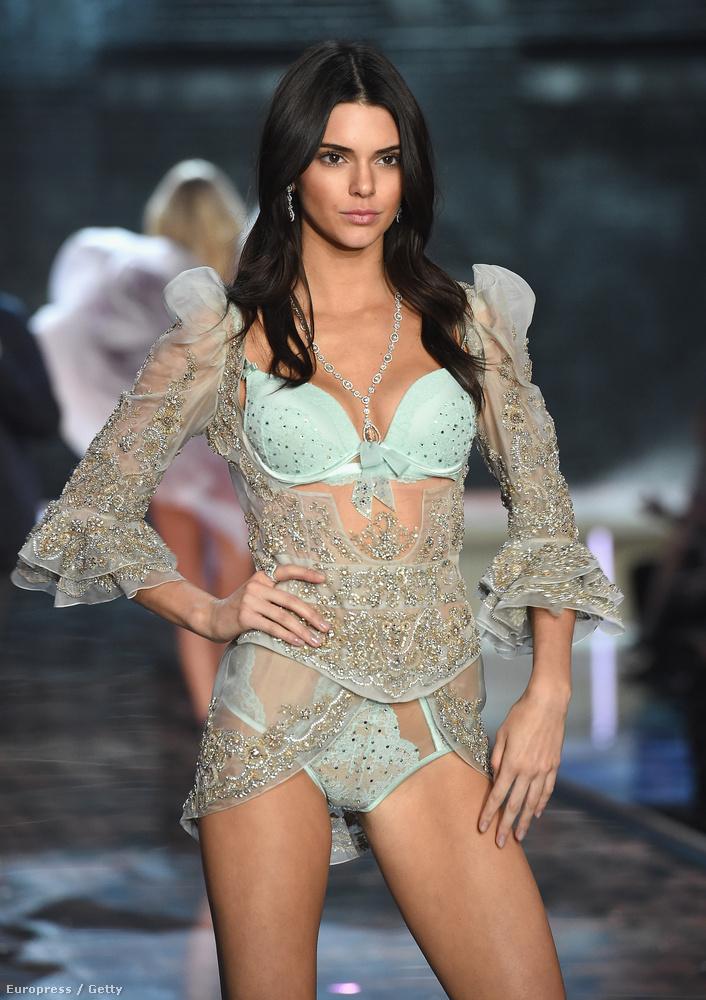 Csakhogy az eddig szigorúan nézős modellmunkákon szocializálódott Jenner inkább olyan benyomást keltett, mint aki végigfeszengi az egészet.