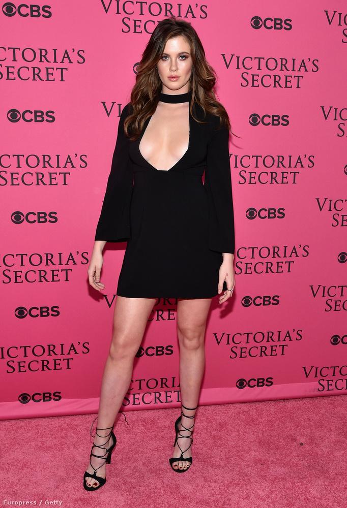Ireland Baldwin is ott volt a Victoria's Secret divatshowján múlt éjjel, és úgy kitette a melleit, hogy majdnem kiestek.