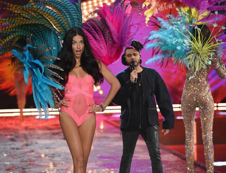 Adriana Lima megérezte, hogy megbámulják a fenekét.