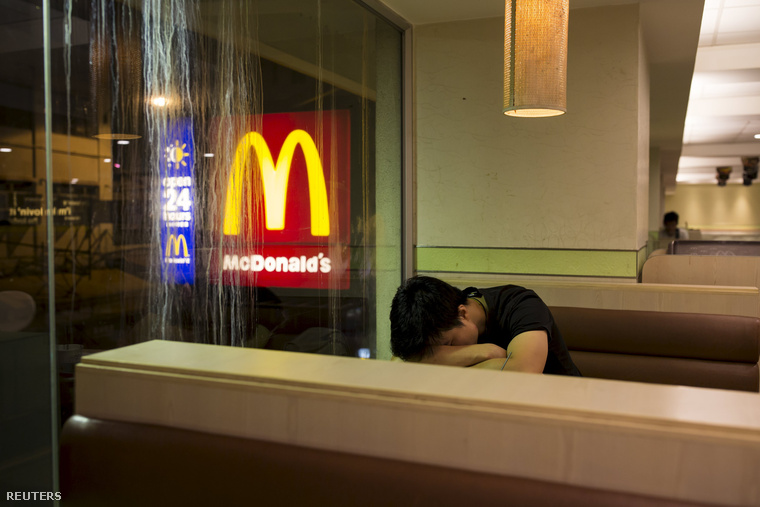 Sok étterem biztonsági őröket is alkalmaz, hogy felébresszék azokat, akik esetleg elfeküdnek egy padon vagy két széken.