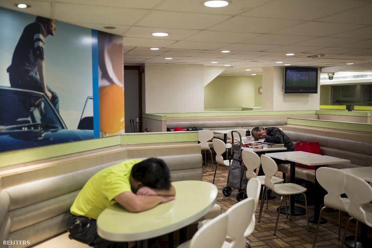 Hongkongban több oly McDonald's is van, ami éjjel-nappal nyitva tart, ezekbe éjjelente elég sokan aludni járnak