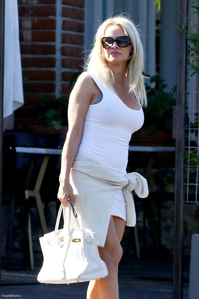 A Hepatitis C-ből felgyógyult Pamela Anderson elvitte ebédelni a fiát és annak új barátnőjét.