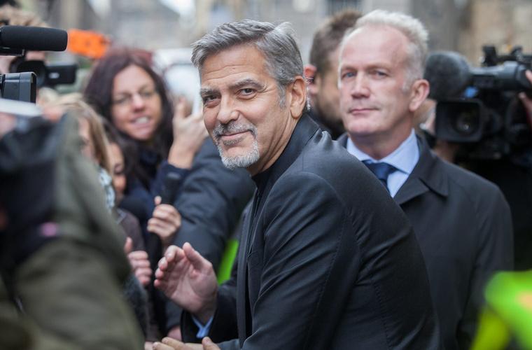 A színész egy ideje már növeszti arcszőrzetét, ami most teljes pompájában bizonyítja létjogosultságát, ugyanis roppant jól áll Clooney-nak.