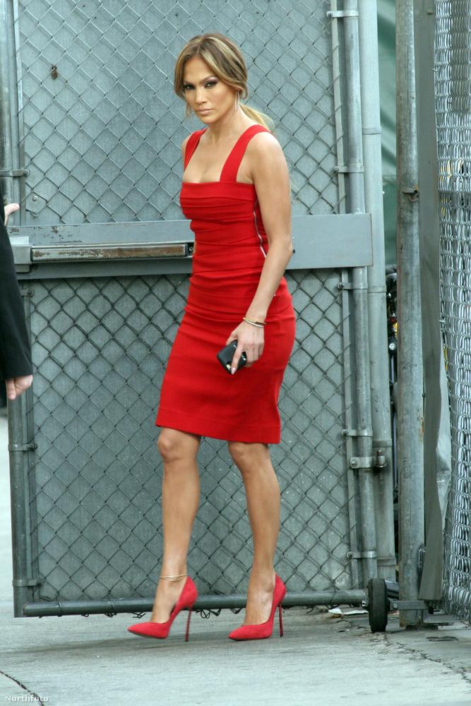 Jennifer Lopez szintén pirosban, szintén térdig áll bele a küzdelembe.