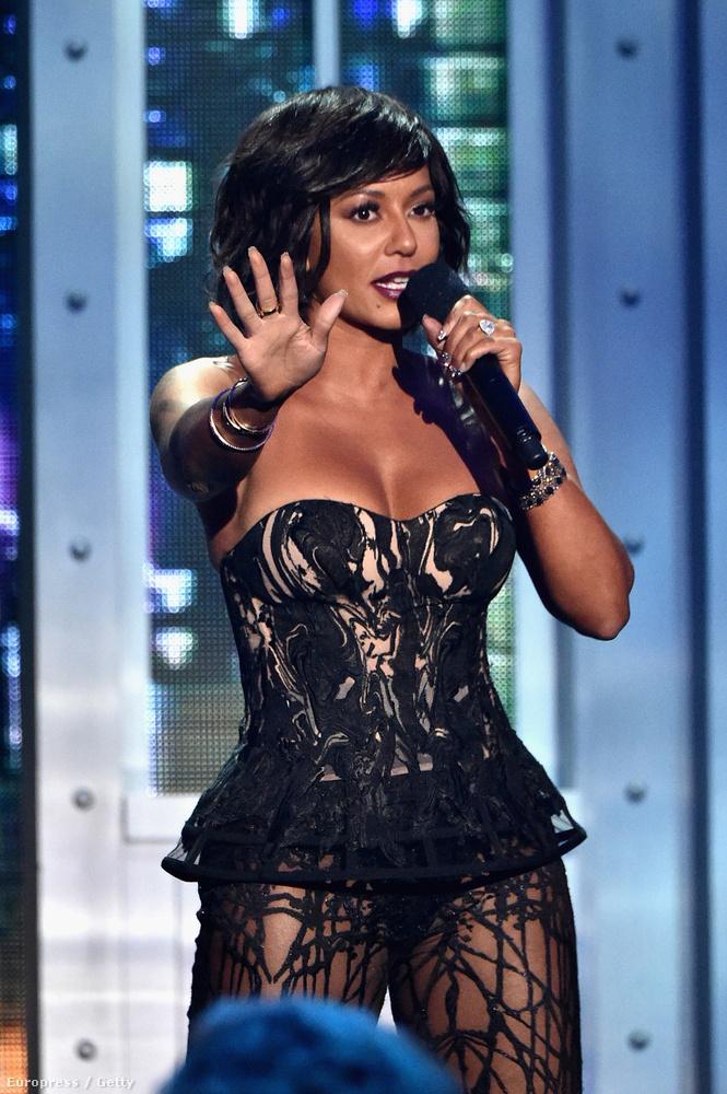 Az énekesnőre alig lehet ráismerni egyenes hajjal.