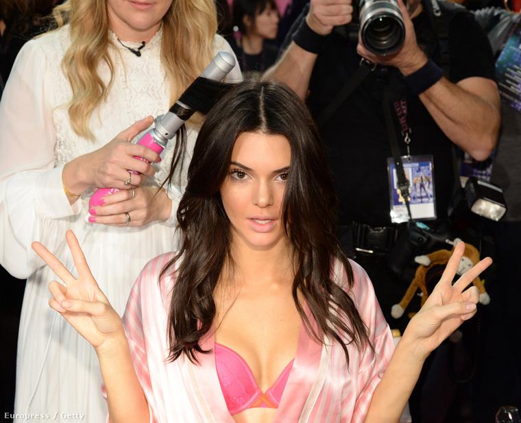 Ez a hét emlékezetes volt Kendall Jenner számára, ugyanis végre a többi bugyimodellel együtt vonulhatott a Victoria's Secret kifutóján