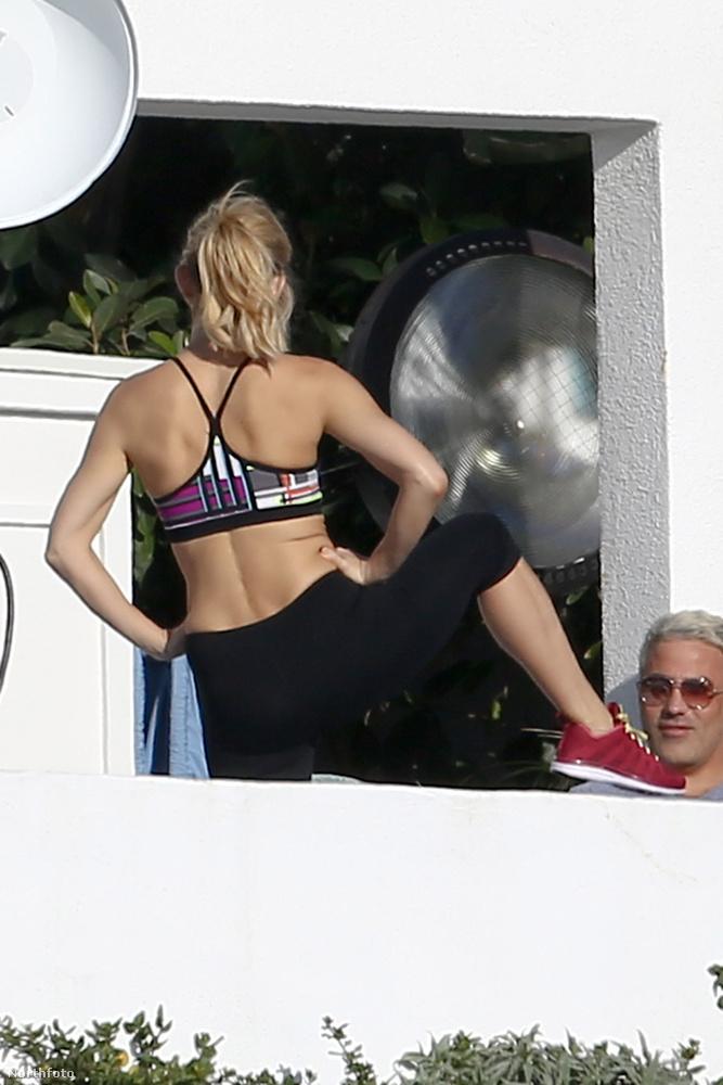 A színésznő saját sportmárkája, a Fabletic néhány darabjában mórikálta magát stábjának egy malibui erkélyen.