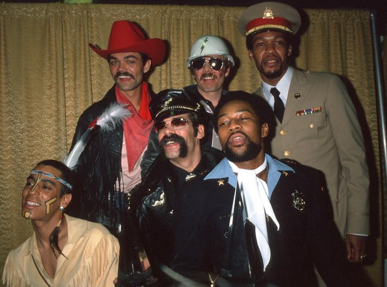 Willis egyébként 1980-ig volt a zenekarral, ő volt a vezető énekes, vagyis biztosan nem magát fogja leleplezni