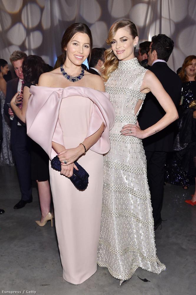 Aki meg Justin Timberlake színésznő feleségével,  Jessica Biellel pózolt