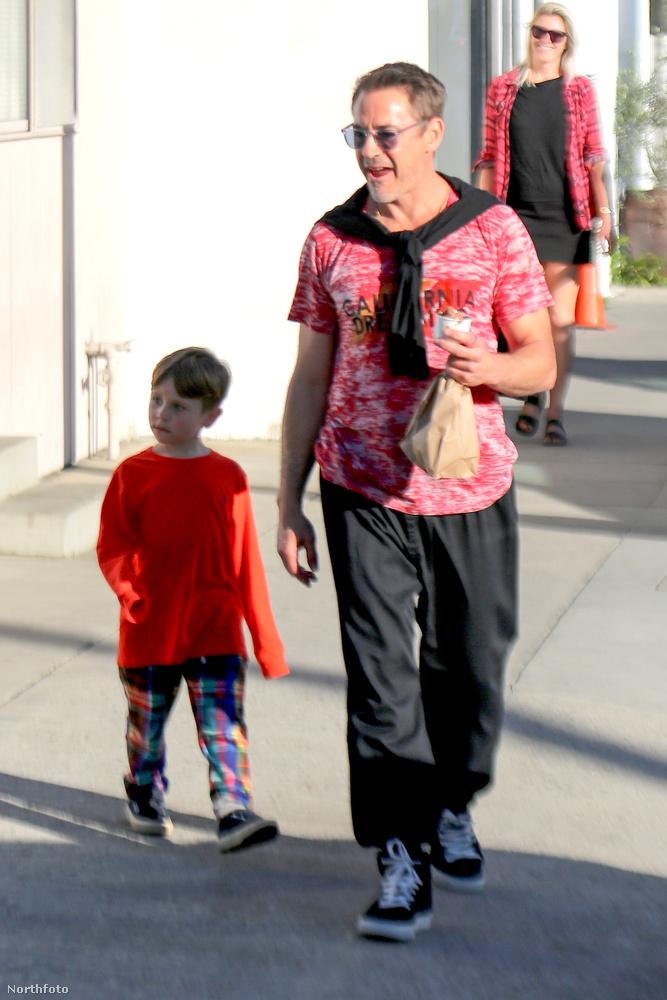 Egyébként a fiával, Extonnal cukiskodott a kaliforniai Venice Beach-en