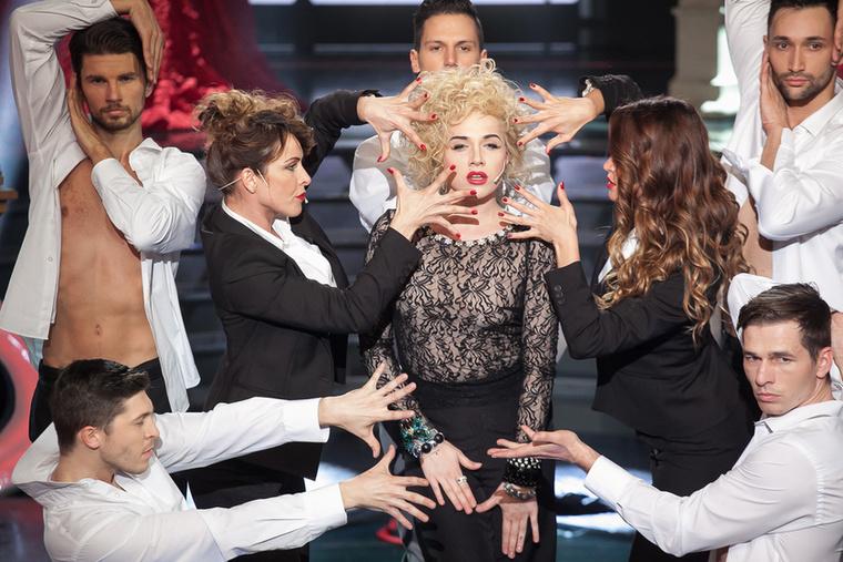 Végezetül nézze újra Tóth Gabi Madonnáját