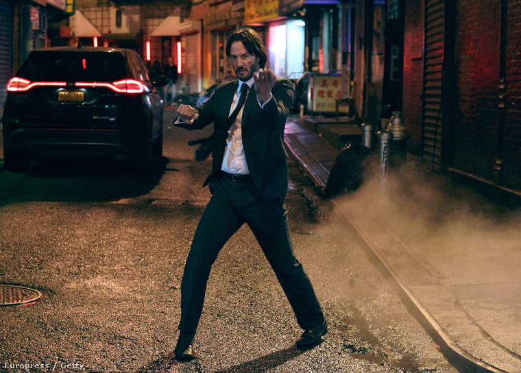 Keanu Reeves éppen a John Wick 2-t forgatja, New York Chinatownjában.