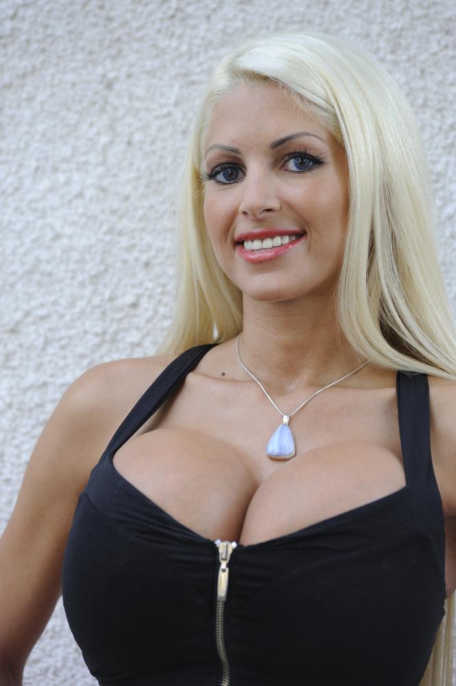 Láttunk mi már itt a Velvetben sokmindent, de ekkora melleket magyar nőn még csak egyszer: amikor beharangoztuk, hogy a képen látható nő szerepelni fog az Észbontók című tévéműsorban.