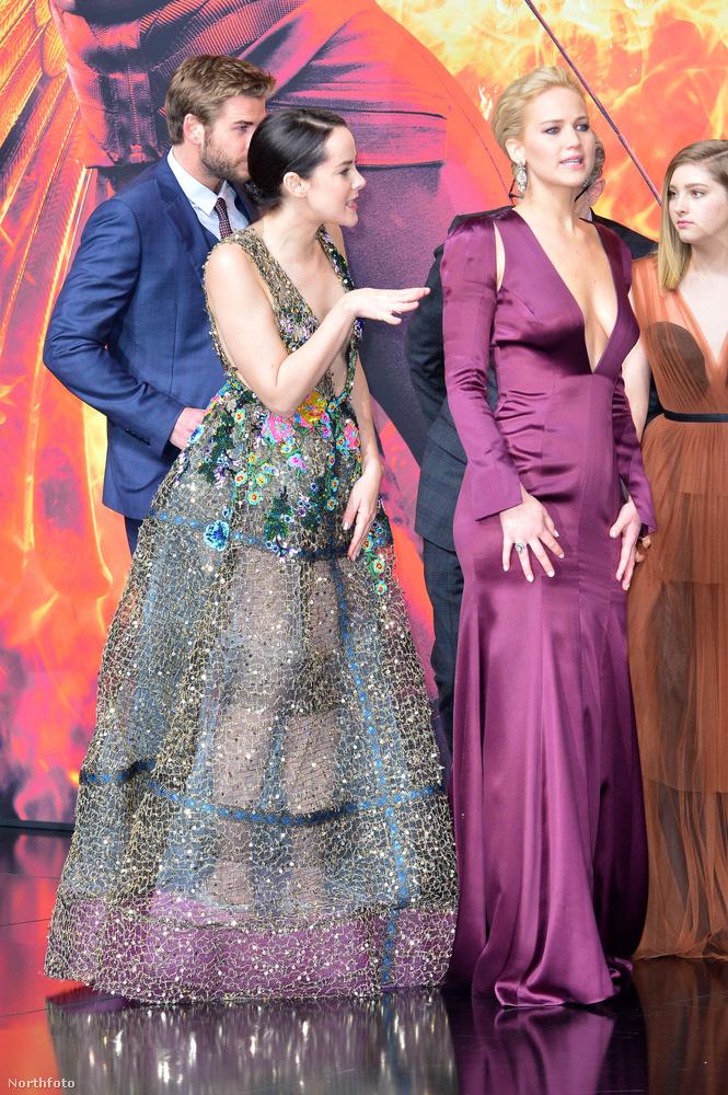 A Berlini premieren pedig észrevették, hogy Sutherland zakójáról leesett a virág.