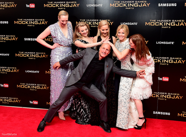 Nagycsoportos móka: hátul Gwendoline Christie, Natalie Dormer, Jennifer Lawrence, Elizabeth Banks, Julianne Moore; elöl  Woody Harrelson.