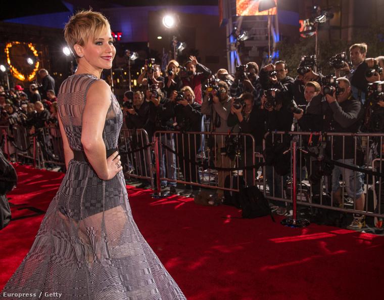 Tudják, ez volt az a premier, amelyre ezt a fura ruhát vette fel