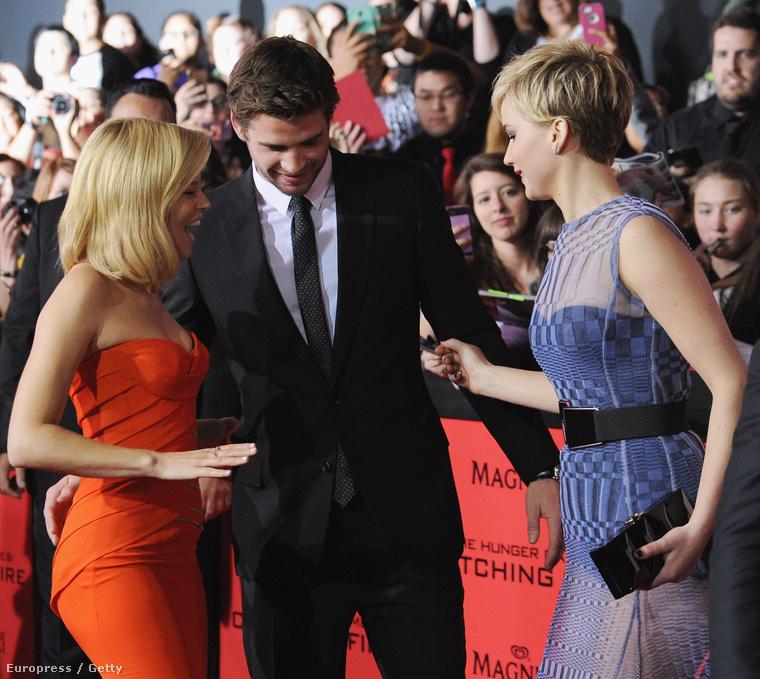 Los Angeles: Liam Hemsworth megpróbál alakzatba helyeződni, amiben Elizabeth Banks és Jennifer Lawrence szoknyaaljai gátolják.
