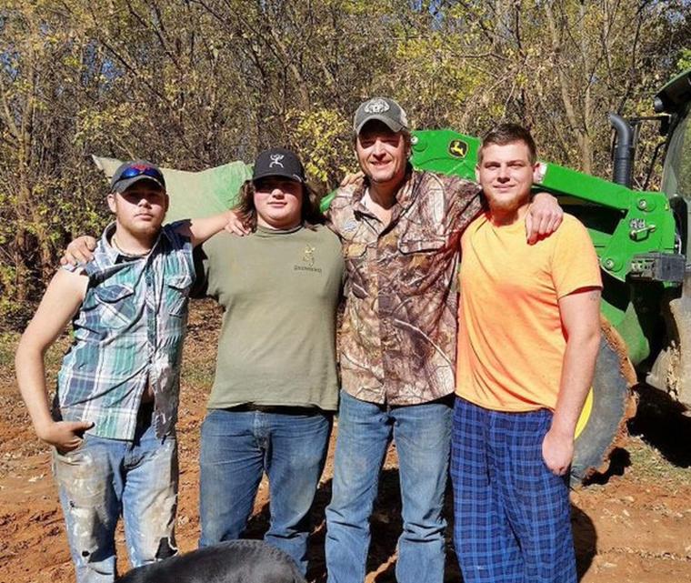 Gwen Stefani új pasija,  Blake Shelton a traktorával mentette meg                          a fotón lévőket