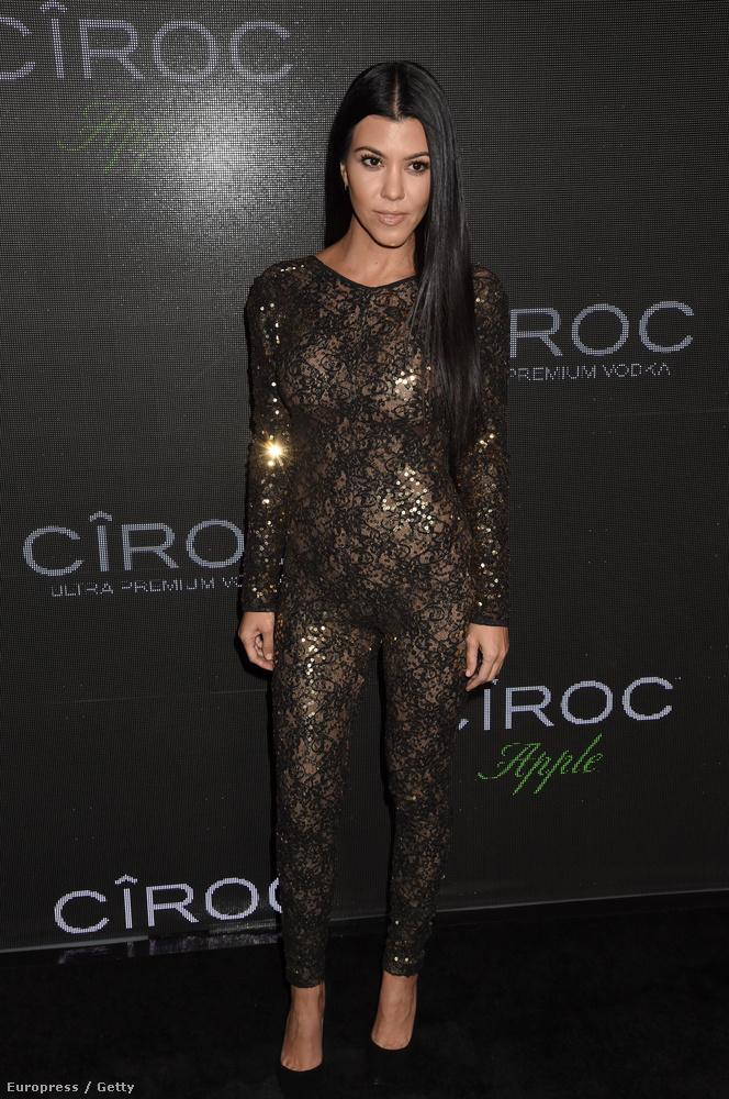 Egy vodkamárka támogatta Sean Diddy Combs exkluzív születésnapi buliját, ahova többek között Kourtney Kardashian is hivatalos volt, és úgy érezte, hogy ez a csillogó, testresímuló kezeslábas pont jó választás lesz