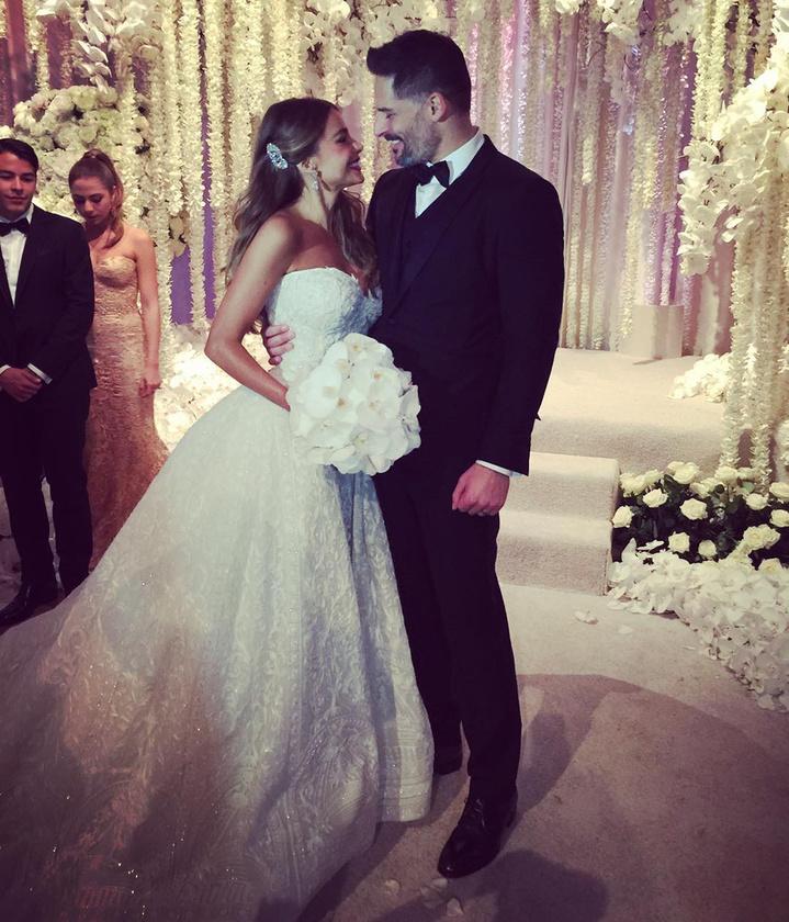 Sofia Vergara és Joe Manganiello vasárnap házasodtak össze, a büszke ara pedig az Instagramján osztott meg a mulatságról minden fontos és kevésbé fontos részletet