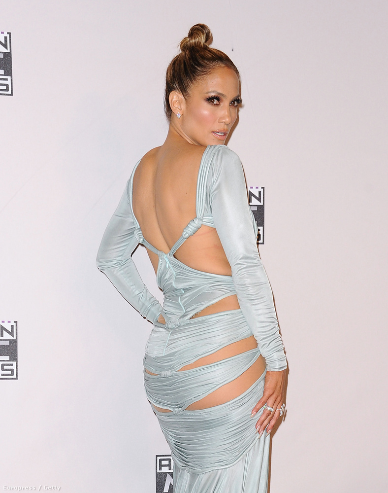 Ahogy már említettük, múlt éjjel American Music Awards díjátadót tartottak Los Angelesben, amely rendezvényen Jennifer Lopez nem átallotta megmutatni a testét.
