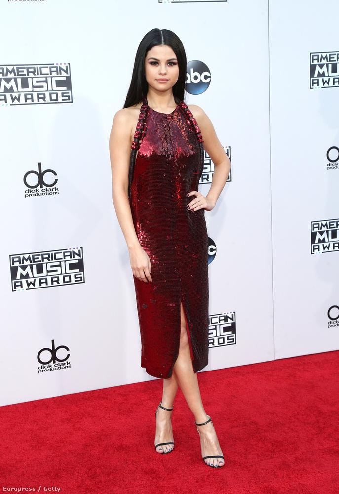 És hogy mindezek után hogy kerül ide Selena Gomez, aki egy totál zárt ruhában vonult végig a vörös szőnyegen?