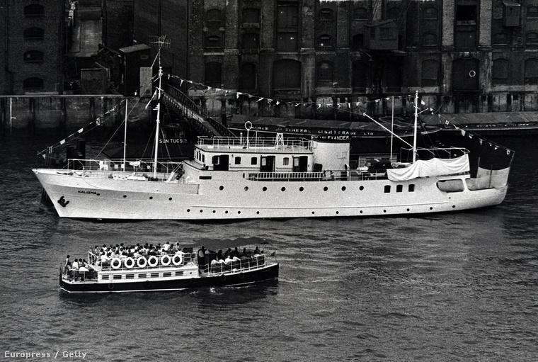 A képen Richard Burton és Elizabeth Taylor hajója látható Londonban a Temzén 1982-ben
