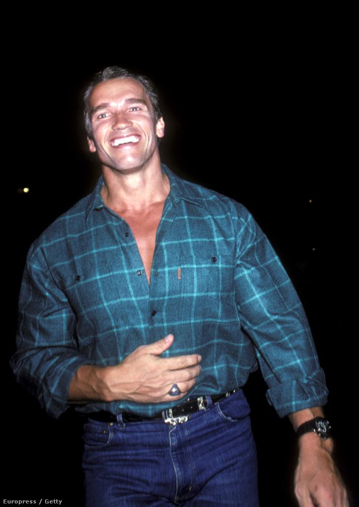 Ez pedig egy 1985-ös kép Arnold Schwarzeneggerről, szintén az Elaine's előtt.