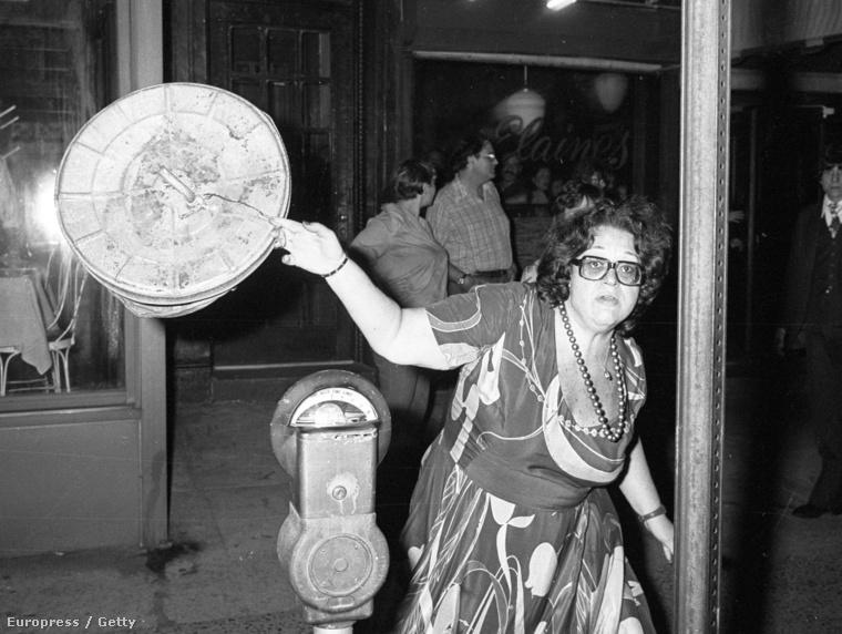 Az étterem legendás tulajdonosa, Elaine Kaufman nem örült Galella jelenlétének, 1978-ban kuká fedeleivel kezdte el dobálni